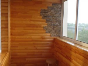 На стенах установлена деревянная вагонка