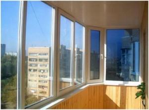 Окна на просторном балконе