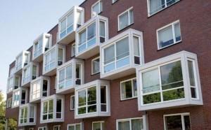 пятиэтажный дом с балконами