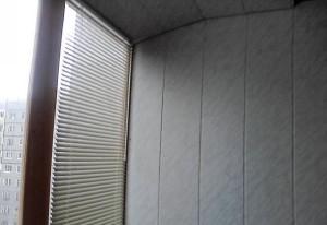 Готовый балкон стена возле окна