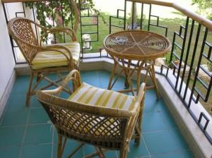 Плетенные стол и кресла