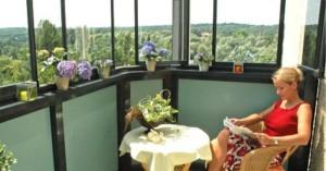 Столик и стул на балконе