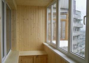 Деревянные панели внутри балкона