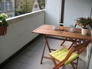 Стол и стул на балконе