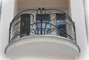 Балкон из черного металла
