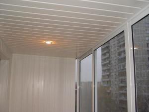 Потолок балкона со светильником