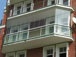 Французский остеклённый балкон