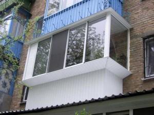 Балкон с большими окнами