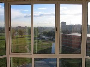 Вид с балкона через окно