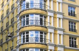 Красивый дом с балконами