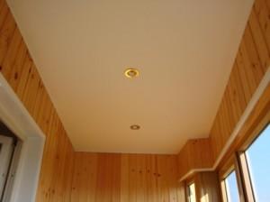 Оформляем потолок на балконе