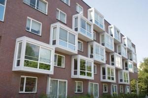Белые навесные балконы