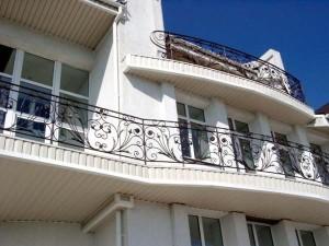 Балкон, оформленный при помощи ажурного кованого ограждения