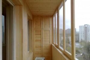 Рамы деревянные на балконе