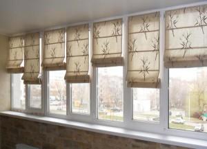 Окна на балконе закрыты шторами